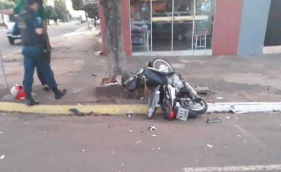 Acidente entre carro e moto deixa mulher em estado grave