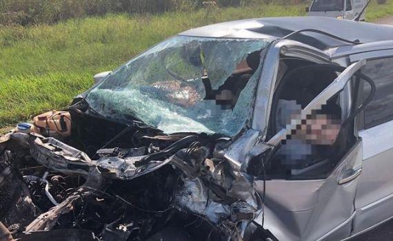 Gestante morre em acidente entre carro e furgão