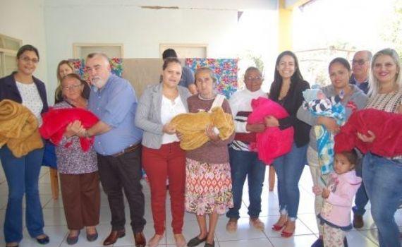 Famílias carentes recebem cobertores e cestas básicas