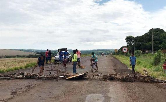 Indíos bloqueiam rodovia MS-384 entre Bela Vista e Antônio João