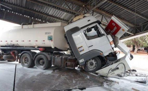 Caminhão desgovernado bate e derruba cobertura de posto de combustível