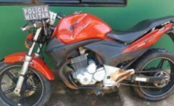 Policiais recuperam moto furtada