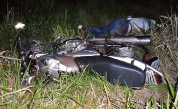 Homem morre e outro fica ferido após moto cair em ribanceira