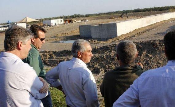 Azambuja visita locais de obras em Porto Murtinho e se reúne com Mário Abdo Benitez
