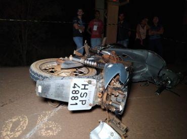 Adolescente morre e outro fica ferido em acidente entre moto e caminhão