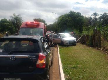 Carro derruba poste e tomba após outro invadir preferencial em avenida da Capital