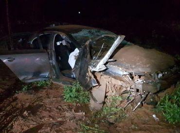 Motorista morre ao tentar fugir da polícia e capotar carro várias vezes