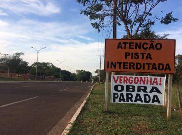 Placas mostram indignação com obra no bairro Rita Vieira